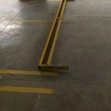 Pintura de vagas de estacionamento de carros em uma garagem com superfície de concreto polido. /////// Painting of parking spaces for cars in a garage with polished concrete floor surface.